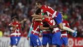 Para pemain Granada merayakan gol yang dicetak ke gawang Barcelona. Granada di luar dugaan mengalahkan Blaugrana 2-0 sekaligus membawa mereka ke puncak klasemen sementara Liga Spanyol. (AP Photo/Miguel Morenatti)