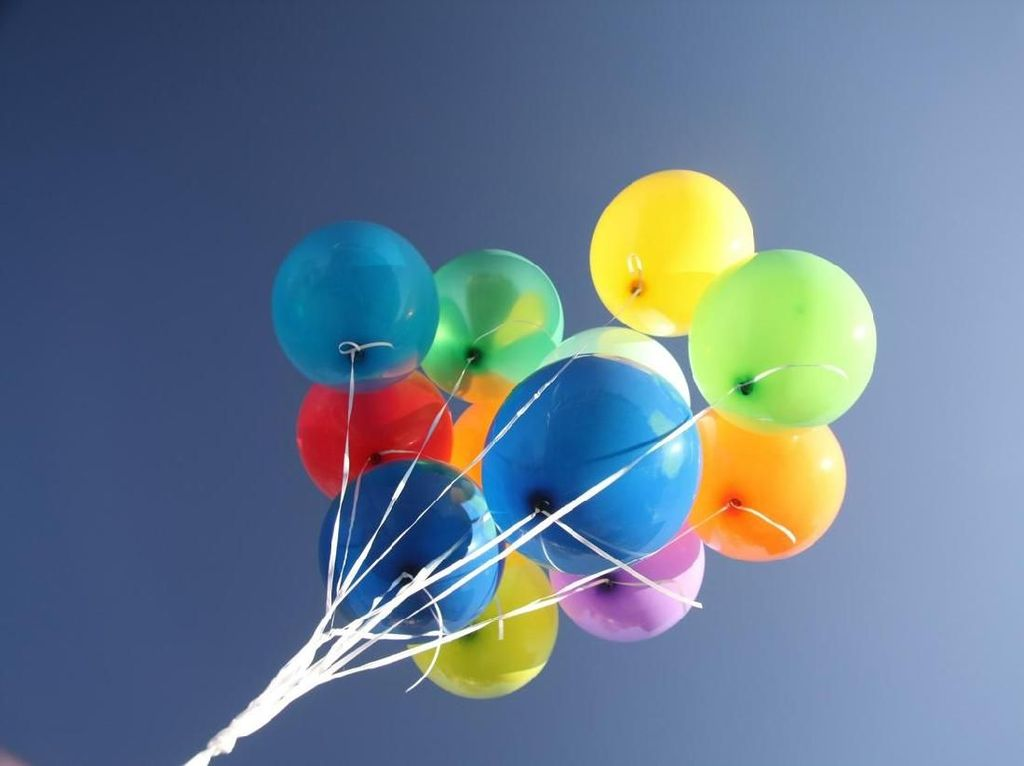 Ada Angin Kencang, Tukang Balon di Walt Disney Nyaris Terbang