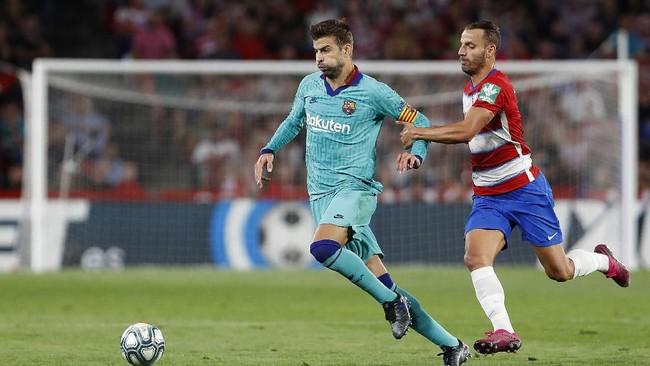 Gerard Pique tidak bisa berbuat banyak untuk menghindarkan Barcelona dari kekalahan di kandang Granada. Kekalahan ini jadi yang kedua bagi Barcelona karena sebelumnya takluk dari Athletic Bilbao di pekan perdana Liga Spanyol. (AP Photo/Miguel Morenatti)