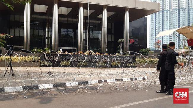Antisipasi Ricuh, Polisi Pasang Barikade Kawat Berduri di KPK