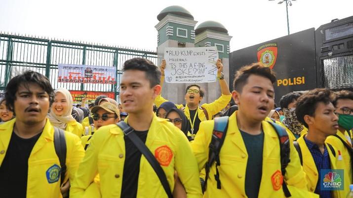 Ribuan mahasiswa mulai berdatangan untuk menggelar demo di depan gedung DPR/MPR, Senayan, Senin (23/9/2019). (CNBC Indonesia/Andrean Kristianto)