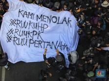 Protes Jokowi & DPR, Ribuan Mahasiswa Geruduk Parlemen