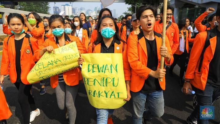 Ribuan mahasiswa menggelar aksi menolak pengesahan sejumlah RUU yang dianggap memuat pasal-pasal bermasalah.