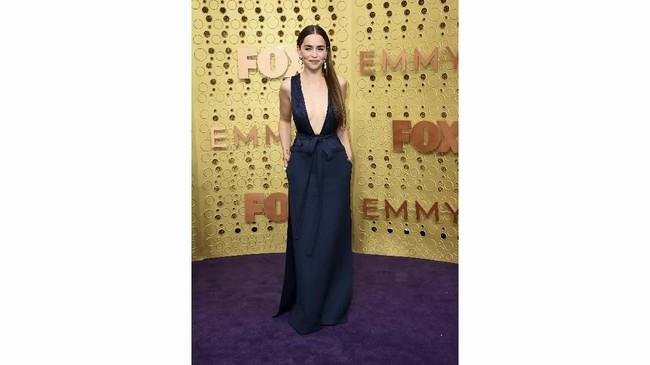 Emilia Clarke tampil seksi dan anggun dengan gaun biru navy rancangan Valentino. Untuk menambah aksen seksi, pemain serialGame of Thronesinimembiarkan rambut panjangnya terurai dengan anting drop yang menggantung di kedua telinganya. (Photo by Jordan Strauss/Invision/AP)