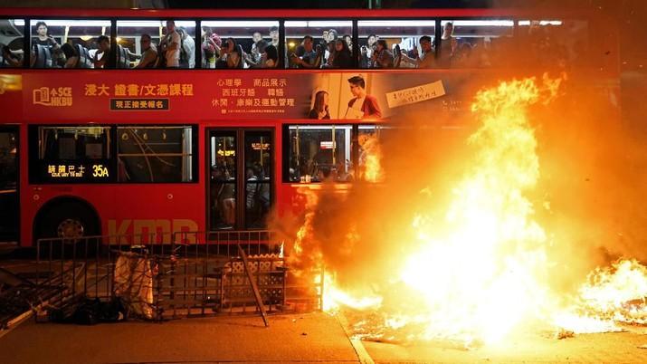 Tsunami demonstrasi yang terus terjadi membuat Hong Kong terancam kehilangan statusnya sebagai pusat keuangan global