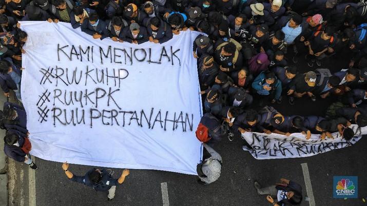Gelombang aksi unjuk rasa mahasiswa terjadi di berbagai daerah di Indonesia pada hari ini, Senin (23/9/2019).