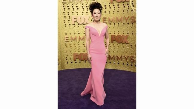 Romantis adalah kata yang tepat untuk penampilan Sandra Oh di karpet merah Emmy Awards 2019. Gaun off-the-shoulder merah muda rancangan Zac Posen membuatnya terlihat sangat lembut dan glamor. (Photo by Jordan Strauss/Invision/AP)