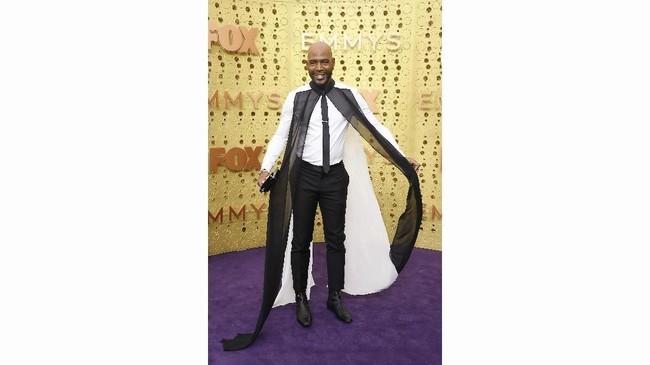 Karamo Brown memilih memakai setelan putih dan hitam yang menyapu lantai. (Frazer Harrison/Getty Images/AFP)