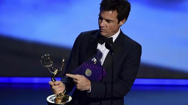 Aktor AS Jason Bateman mengamati piala yang ia dapat dari kategori Outstanding Directing For A Drama Series, yaitu Ozark. Di Emmy Awards tahun ini, Ozark mendapat dua piala. (Photo by Frederic J. BROWN/AFP)