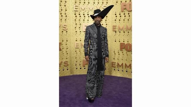 Setelan hitam garis-garis Billy Porter ditambah dengan topi bundar membuat bintang Pose ini seperti penyihir. (Photo by Jordan Strauss/Invision/AP)