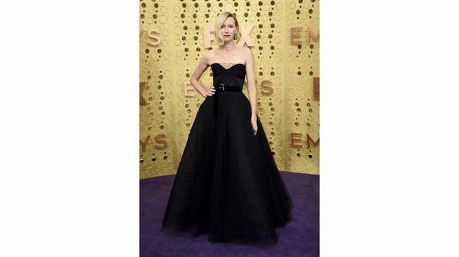 Gaun haute couture hitam rancangan Christian Dior ini adalah tentang detail. Naomi tampil klasik dengan jala tipis yang mengitari bagian leher. Sabuk bludru berwarna hitam melengkapi tampilan klasik ala Hollywood ini. (Photo by Jordan Strauss/Invision/AP)
