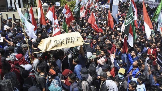 Sejumlah mahasiswa yang tergabung dalam Cipayung Plus Jember melakukan aksi di DPRD Jember, Jawa Timur, Senin (23/9). Dalam aksinya ribuan mahasiswa menolak regulasi seperti RUU Pertanahan, UU Pemasyarakatan, RUU KUHP dan revisi UU KPK. (ANTARA FOTO/Seno).