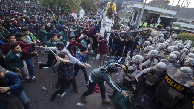 Massa yang tergabung dalam Aliansi Mahasiswa Jawa Barat bentrok dengan petugas kepolisian saat aksi unjuk rasa di Depan Gedung DPRD Jawa Barat, Senin (23/9). (ANTARA FOTO/Novrian Arbi).