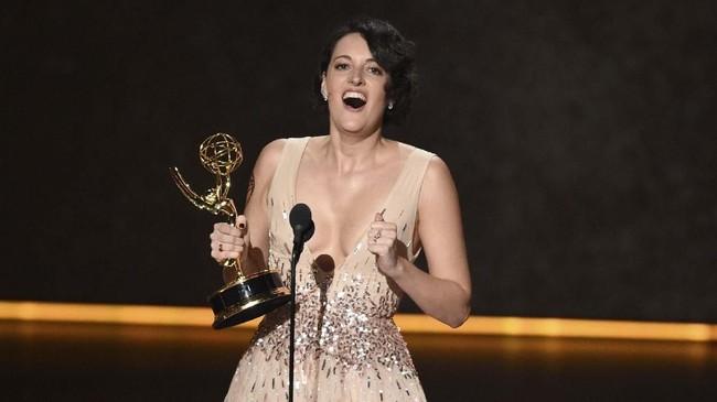 Aktris Phoebe Waller-Bridge menerima penghargaan untuk Outstanding Writing For Comedy Seriesdari serial komedi Fleabag. (Photo by Chris Pizzello/Invision/AP)