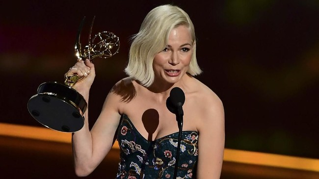 Aktris Michelle Williams menjadi pemenang di kategori Outstanding Lead Actress in a Limited Series or Movie, dalam film Fosse/Verdon. (Photo by Frederic J. BROWN/AFP)