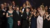 D.B. Weiss bersama pemeran dan kru Game of Thrones merayakan kemenangan mereka untuk kategori Outstanding Drama Series. GoT mendapat 32 nomine tahun ini, namun hanya membawa pulang dua. (Photo by Frederic J. BROWN/AFP)