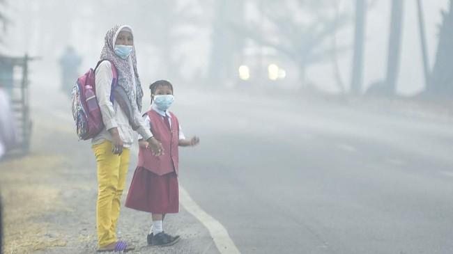 Sejumlah sekolah di Sumatera Selatan dan Riau terpaksa meliburkan kegiatan belajar mengajar karena kabut asap akibat karhutla mengganggu aktivitas. ANTARA FOTO/Mushaful Imam