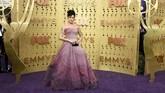 Halsey benar-benar tampil layaknya seorang putri dengan gaun strapless panjang berskala ombre dari merah muda menuju ungu lavender. (Photo by Jordan Strauss/Invision/AP)