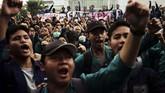 Sejumlah mahasiswa yang tergabung dalam Aliansi Mahasiswa Banyumas melakukan unjuk rasa di depan gedung DPRD Banyumas, Jawa Tengah, Senin (23/9). Massa memaksa perwakilan DPRD Banyumas untuk ikut menandatangani surat penolakan terhadap UU KPK dan pengesahan RUU KUHP ke DPR di Jakarta. (ANTARA FOTO/Idhad Zakaria).