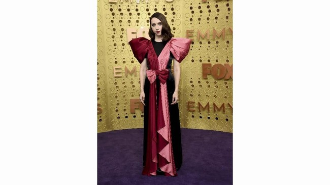 Zoe Kazan mengenakan gaun berpita dari Gucci. Pita besar pada gaun ini membuatnya terlihat seperti bungkus kado. (Photo by Jordan Strauss/Invision/AP)