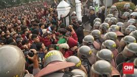 Bubarkan Aksi di DPRD Jabar, Polisi Tembakkan Gas Air Mata