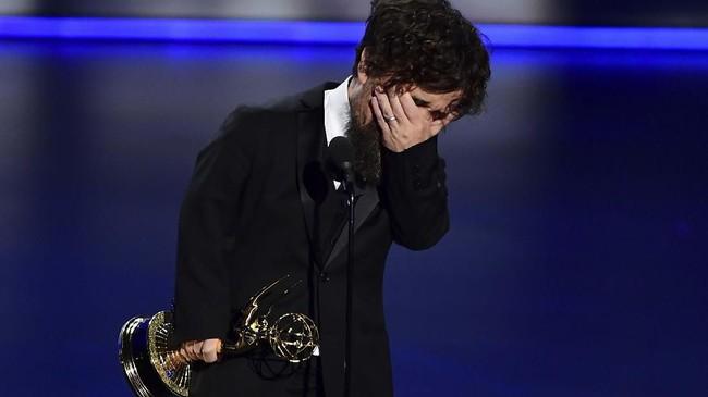Haru Peter Dinklage dari Game of Thrones ketika menerima penghargaan Outstanding Supporting Actor in a Drama Series. (Photo by Frederic J. BROWN/AFP)