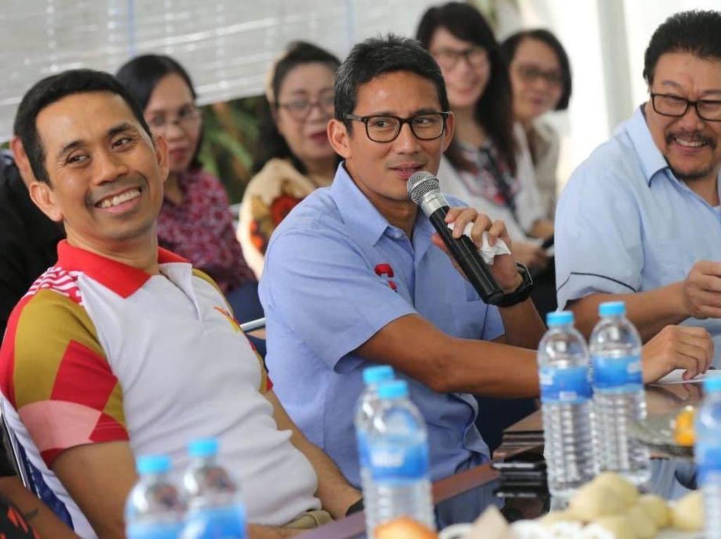 Kamrussamad selaku Founder KAHMIPreneur dan Anggota DPR terpilih dari Partai Gerindra bersama Sandiga Uno dan Inggar Joshua memberikan bantuan kepada masyarakat kurang mampu dan sangat membutuhkan. dok. KAHMI