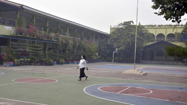 Kondisi asap Karhutla yang kian pekat mencemari udara membuat pemerintah daerah terpaksa meliburkan semua sekolah di Kota Pekanbaru sampai kualitas udara membaik. ANTARA FOTO/FB Anggoro
