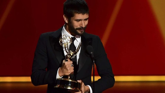 Senyum aktor Inggris Ben Whishaw menerima penghargaan Outstanding Supporting Actor in a Limited Series or Movie di A Very English Scandal. (Photo by Frederic J. BROWN/AFP)