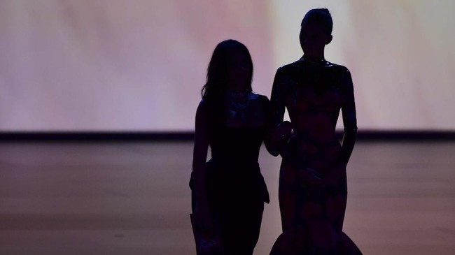 Selebriti AS Kim Kardashian dan adiknya Kendall Jenner hadir di atas panggung Emmy Awards 2019 untuk menyerahkan penghargaan Outstanding Competition Program. (Photo by Frederic J. BROWN/AFP)