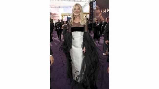 Tak ada yang spesial dari tampilan Gwyneth Paltrow kali ini. Gaun berwarna hitam dan abu-abu ini tampak buruk di ajang sekelas Emmy Awards 2019. (Rich Polk/Getty Images for IMDb/AFP)