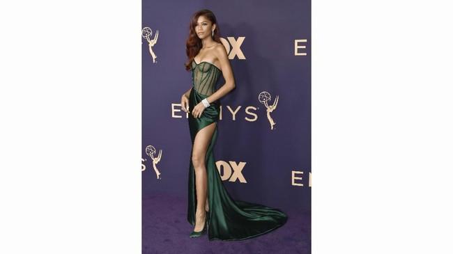 Zendaya tampaknya 'meracuni' banyak orang dengan gaun hijau zamrud rancangan Vera Wang. Korset tipis dan belahan tinggi gaun yang memperlihatkan kaki semampainya menambahkan kesan seksi yang ditampilkan. (Photo by Richard Shotwell/Invision/AP)