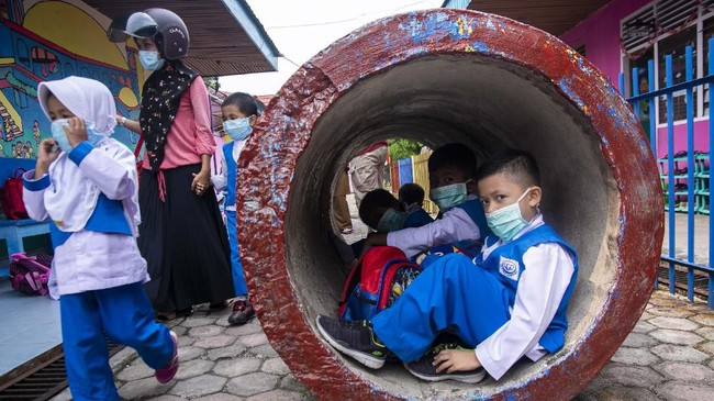 Sejumlah murid TK Islam Akramunnas menggunakan masker saat kabut asap menyelimuti Kota Pekanbaru, Riau, Senin (26/8/2019). ANTARA FOTO/FB Anggoro