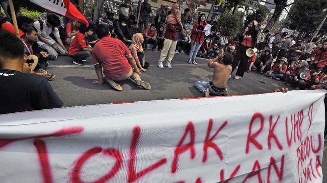 Mahasiswa gabungan dari berbagai universitas berunjuk rasa di Jalan Ahmad Yani, Serang, Banten, Senin (23/9). Mereka menolak pengesahan RUU KUHP karena dinilai bertentangan dengan prinsip-prinsip demokrasi dan HAM. (ANTARA FOTO/Asep Fathulrahman)