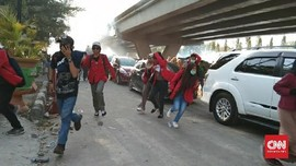 Sejumlah Mahasiswa Makassar Pingsan Terkena Gas Air Mata