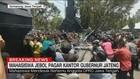 VIDEO: Mahasiswa Jebol Pagar Kantor Gubernur Jateng