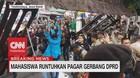 VIDEO: Mahasiswa Runtuhkan Pagar Gerbang DPRD Tasikmalaya