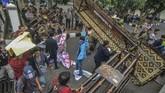 Sejumlah mahasiswa yang tergabung dari Badan Eksekutif Mahasiswa (BEM) se-Tasikmalaya merobohkan gapuran gedung DPRD saat menggelar aksi unjuk rasa di Gedung DPRD Kota Tasikmalaya, Jawa Barat, Selasa (23/9). (ANTARA FOTO/Adeng Bustomi)