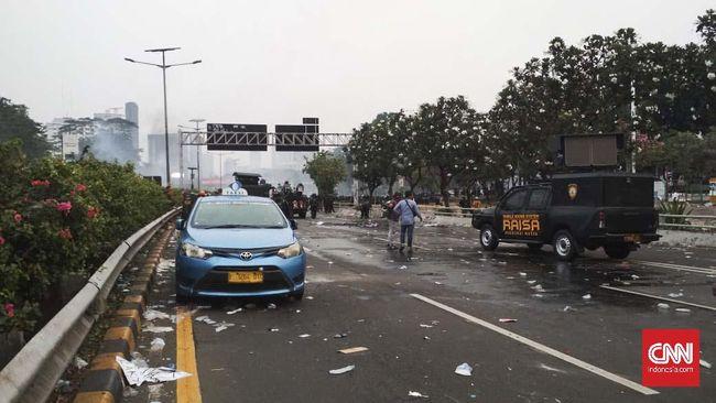 Rusuh Aksi di Depan DPR, Sopir Taksi Tinggalkan Mobil di Tol