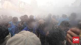 Rentetan Gas Air Mata Bersahutan Azan Magrib di Senayan