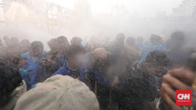 Warga Beri Air ke Mahasiswa Lawan Gas Air Mata di DPR