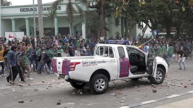 Sejumlah Mahasiswa menghancurkan mobil patroli polisi saat betrok unjuk rasa di depan gedung DPRD Provinsi Bengkulu, Selasa (24/9). Unjuk rasa ribuan mahasiswa dari sejumlah perguruan tinggi di Provinsi Bengkulu tersebut bentrok dan mengakibatkan sejumlah mahasiswa dan polisi terluka. (ANTARA FOTO/David Muharmansyah)