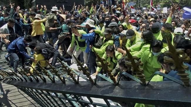 Mahasiswa dari berbagai perguruan tinggi merobohkan gerbang Gedung DPRD Jateng saat berunjuk rasa menolak UU KPK hasil revisi dan RUU KUHP, di Semarang, Jawa Tengah, Selasa (24/9). (ANTARA FOTO/R. Rekotomo)