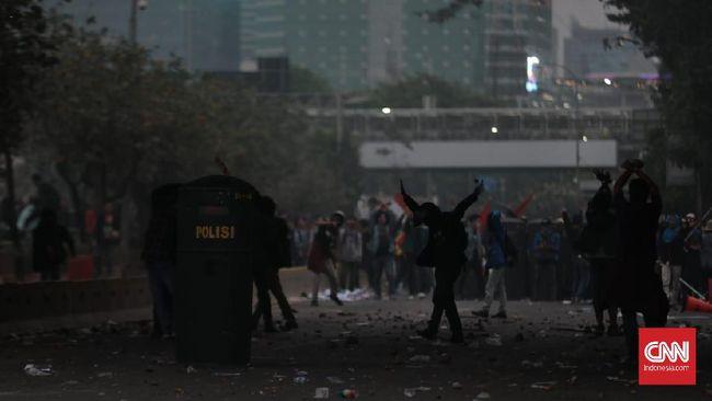 Mahasiswa Terlibat Bentrok dengan Polisi di Flyover TVRI
