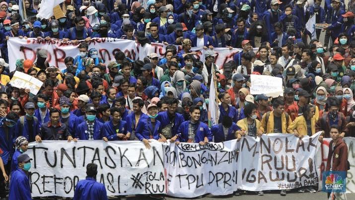 Mereka memprotes rencana pemerintahan Joko Widodo dan Dewan Perwakilan Rakyat (DPR) mengesahkan sejumlah rancangan undang-undang.