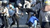 Polisi memukuli mahasiswa saat terjadi bentrok di depan kantor DPRD Sulsel, Makassar, Sulawesi Selatan, Selasa (24/9). Bentrokan terjadi saat polisi berusaha membubarkan aksi mahasiswa yang menolak sejumlah Undang-undang yang diusulkan DPR, dan akibat bentrokan tersebut sejumlah mahasiswa mengalami luka-luka. (ANTARA FOTO/Abriawan Abhe)