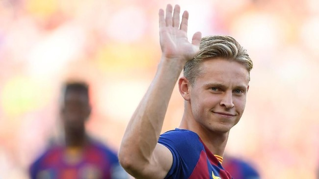 Frenkie De Jong melejit bersama Ajax Amsterdam musim lalu. Kini ia melanjutkan perjalanan di Barcelona.(Photo by Josep LAGO / AFP)