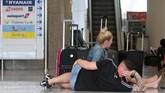Ia mengatakan pihak berwenang Yunani juga telah memesan penerbangan tambahan yang akan berangkat dari Bandara Internasional Yunani untuk memastikan para turis asing bisa pulang ke negara asal. (AP Photo/Francisco Ubilla)