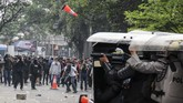Massa yang tergabung dalam Aliansi Rakyat Menggugat bentrok dengan petugas kepolisian saat aksi unjuk rasa di Gedung DPRD Jawa Barat, Selasa (24/9). Aksi yang diikuti oleh mahasiswa, pelajar dan warga yang menuntut untuk menolak RUU yang dianggap bermasalah tersebut berakhir ricuh dan bentrok. (ANTARA FOTO/Novrian Arbi)