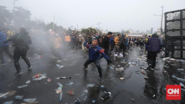Arus lalu lintas di jalan tol dalam kota depan gedung DPR ditutup akibat kericuhan. Sejumlah mobil sempat terjebak di tol dan memilih untuk berputar balik. (CNN Indonesia/Bisma Septalisma)